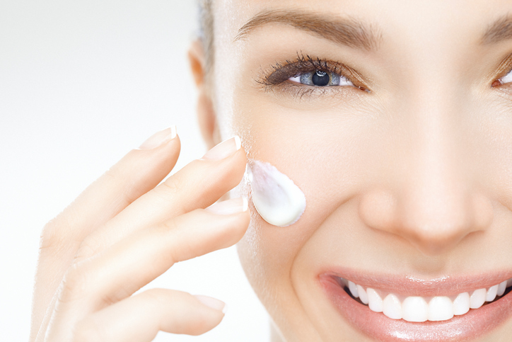 Close-up-of-a-beautiful-woman-applying-cream-on-her-face-155374420_725x483.jpeg