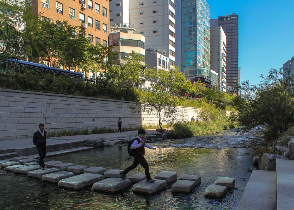 Stepping stones across the Cheonggyecheon stream.   Image:    © Alan Williams