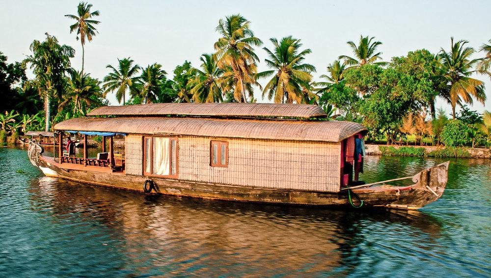 A one-bedroom houseboat on the backwaters. Image:   Karlokolumno