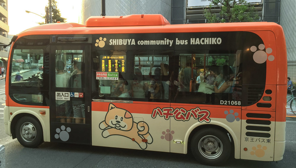 Hachiko adorns a community bus in Shibuya. Image:  © Alan Williams
