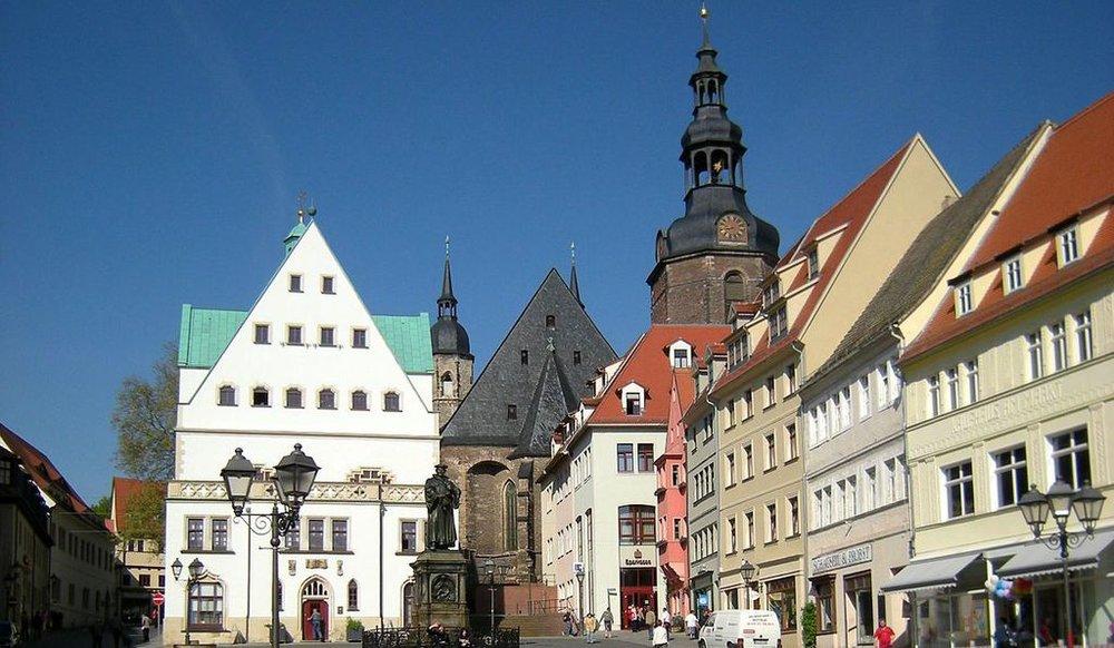 1186px-eisleben_-_marktplatz_mit_rathaus_und_turm_der_andreaskirche.jpg