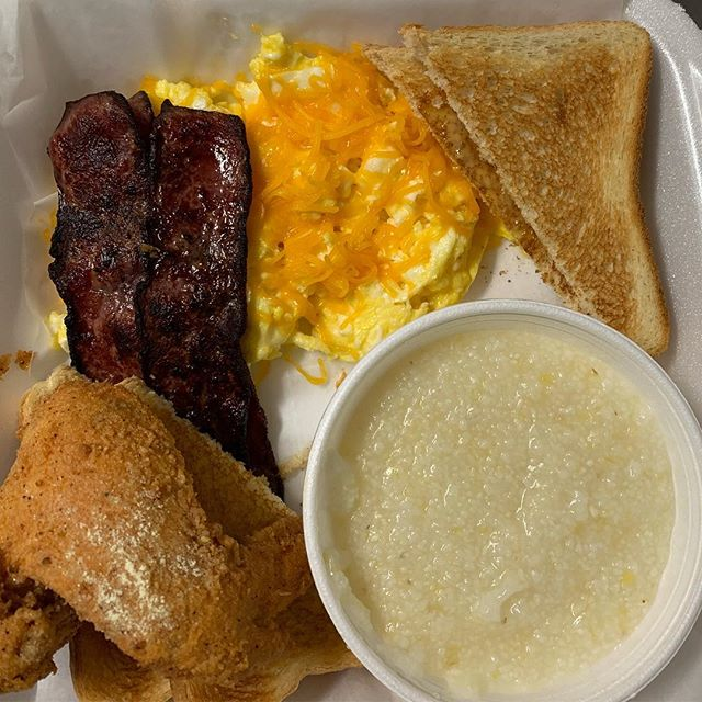 Something light. Eggs, chicken, turkey bacon, and grits! Breakfast of champions! • #eddyschickenandwaffles #cbus #614eats #cbusfoodscene #breakfast #columbusfoodie #columbusgrub #topcolumbusrestaurants #ohioeatz