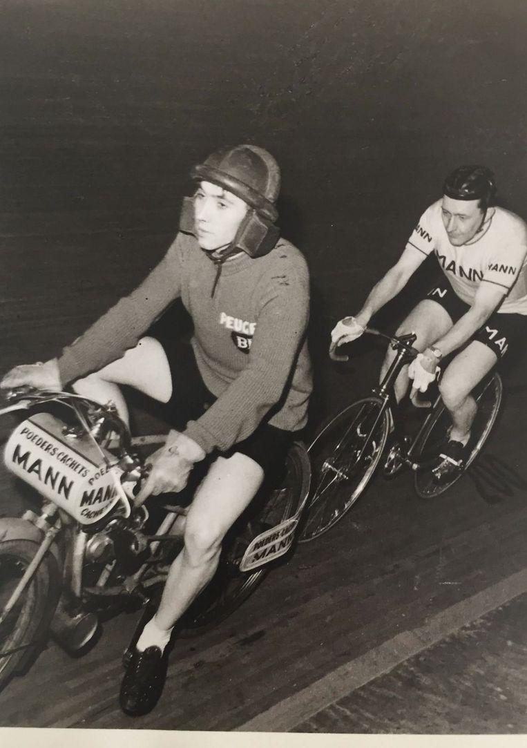 François Cools (op fiets) en een jonge Eddy Merckx tijdens de Nacht der Naastenliefde, waar ze voor de grap van plek wisselden.