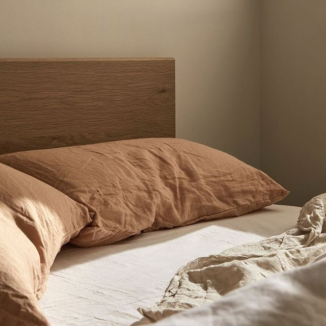Don't know about you but we are ready for the weekend! Catching up on some 💤 our Oak Bed from the First Collection is now available online 📷 @lillie_thompson featuring linen from @inbedstore