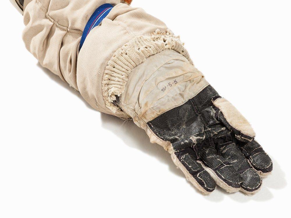 Soviet Space glove V.jpg