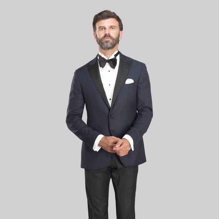 Tuxedo in a midnight blue Super 130s wool from Loro Piana (€1,490), tuxedo shirt in cotton from Thomas Mason (€190), bow tie in silk (€79).