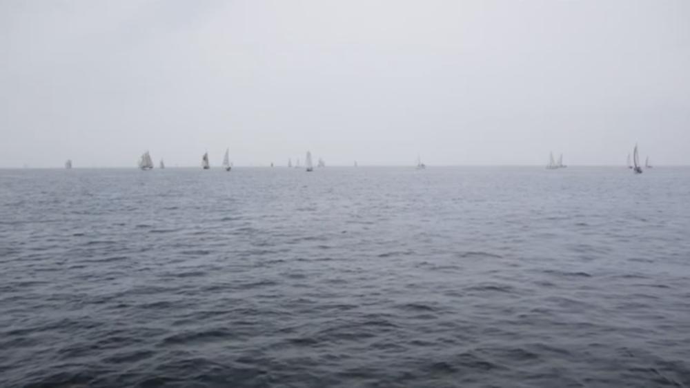 Bland Vågorna / Meren Aalloilla