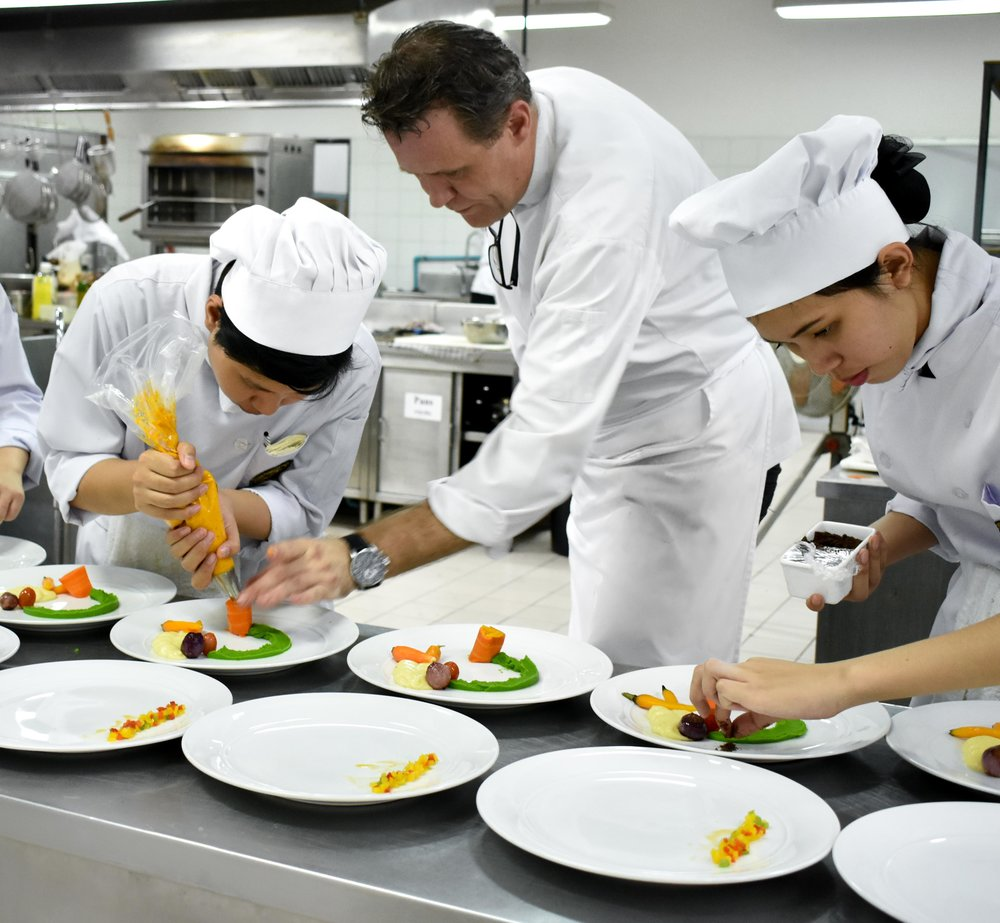 - ….Chef Andy | Kitchen Operations Instructor..อาจารย์ Andres Domoradzki | อาจารย์ประจำวิชาการดำเนินงานครัว….