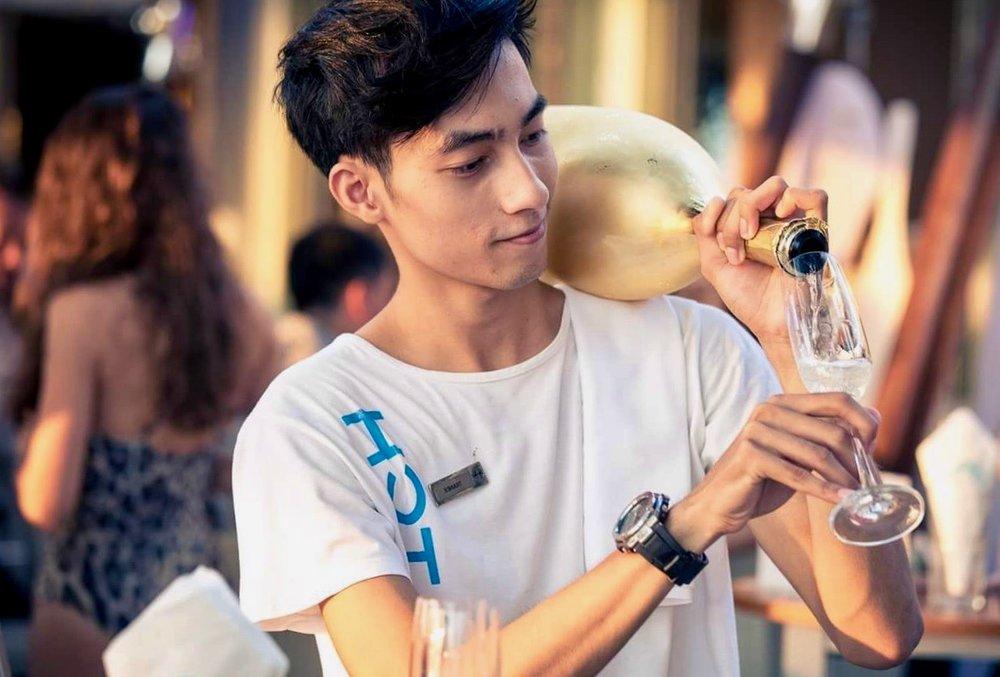 ….    I-TIM student Beckham serves up a little beach drink at the  Catch Club  at the  Twinpalms Resort  in Phuket.    ..   นักเรียนไอทิม เบคแฮม กำลังเสิร์ฟเครื่องดื่มประจำชายหาด ที่แคทช์ คลับ ณ ทวินปาล์มรีสอร์ท ภูเก็ต  ….