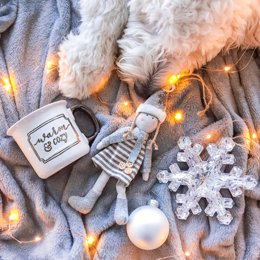 3 tips to calm the body and mind during the holiday madness - Discover ways to relax and keep you cool during traveling, cooking, and gift hunting. Includes an essential oil guide plus a bonus recipe. #vegan #cleanbeauty #stressfree #selfcare #holidaymadness #christmas