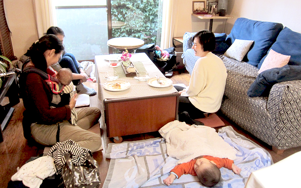 きままなスイーツカフェでは、赤ちゃんもすやすや。 みんなで赤ちゃんや子どもを見守りながら、話に花が咲く