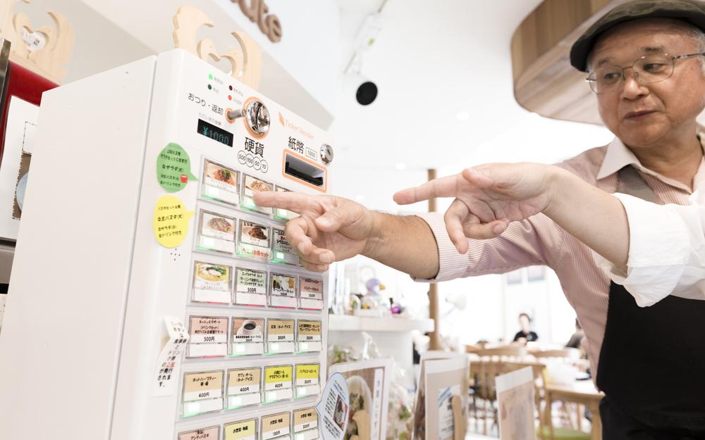初めて来店した方などに、丁寧に券売機の使い方を教えてくれる