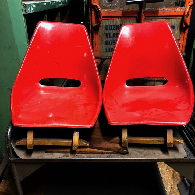"Selten und witzig, Stühle ""japanische Art"". Wir haben viele ausgefallen Dinge. Kommt einfach vorbei! . Rare and funny, chairs ""japanese style"". We often have out of the ordinary things... just pass by and have a look! . #kommtvorbei #vintagemöbel#stühle #designchairs #midcentury #gemütlich #vintagefurniture #fromberlinwithlove #stühle #sessel"