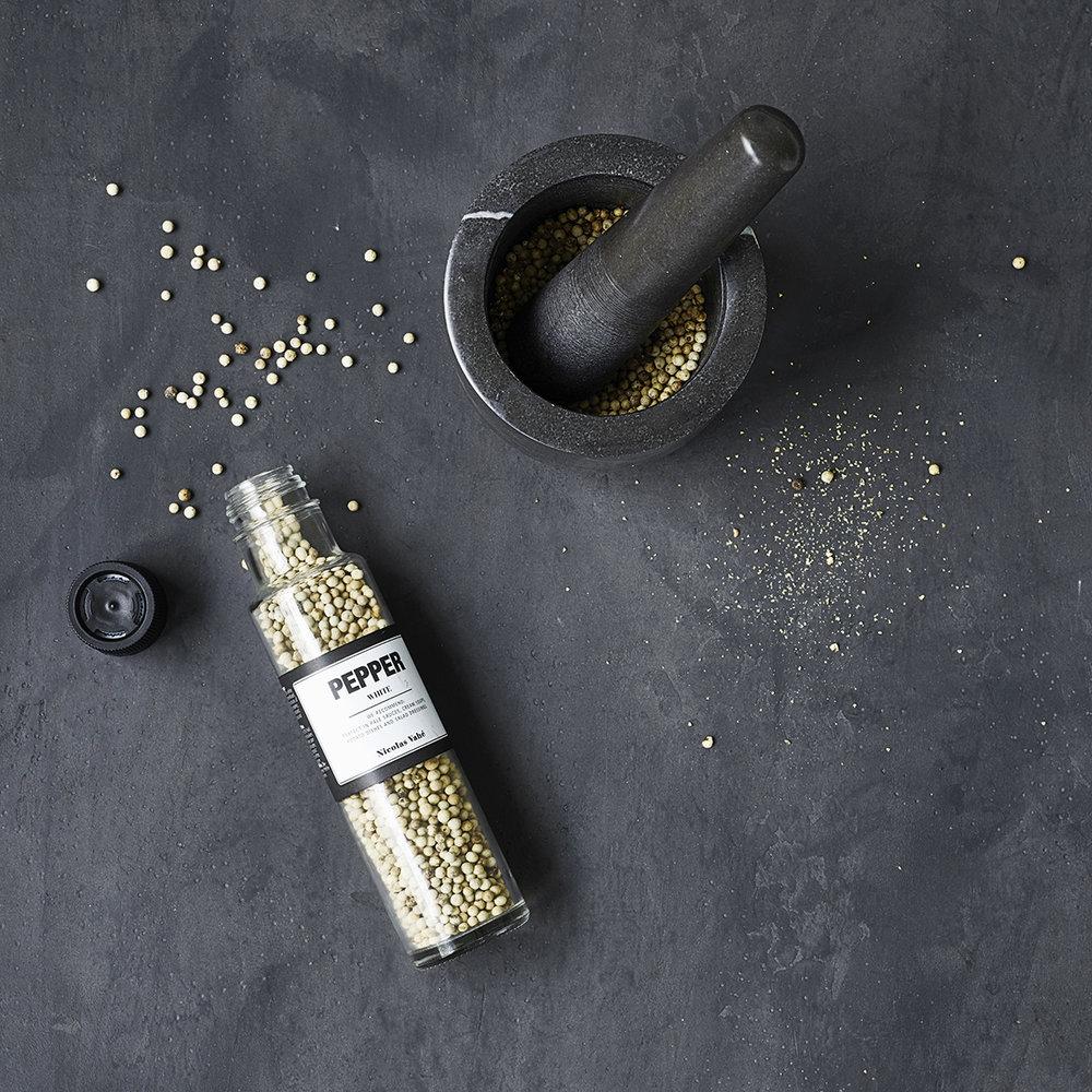 Nicholas Vahé - Gourmetvarumärket Nicolas Vahé föddes ur en livslång passion för god mat och idag består sortimentet av delikatesser, drycker och tillbehör. De är lika goda se på och ge bort som att äta.