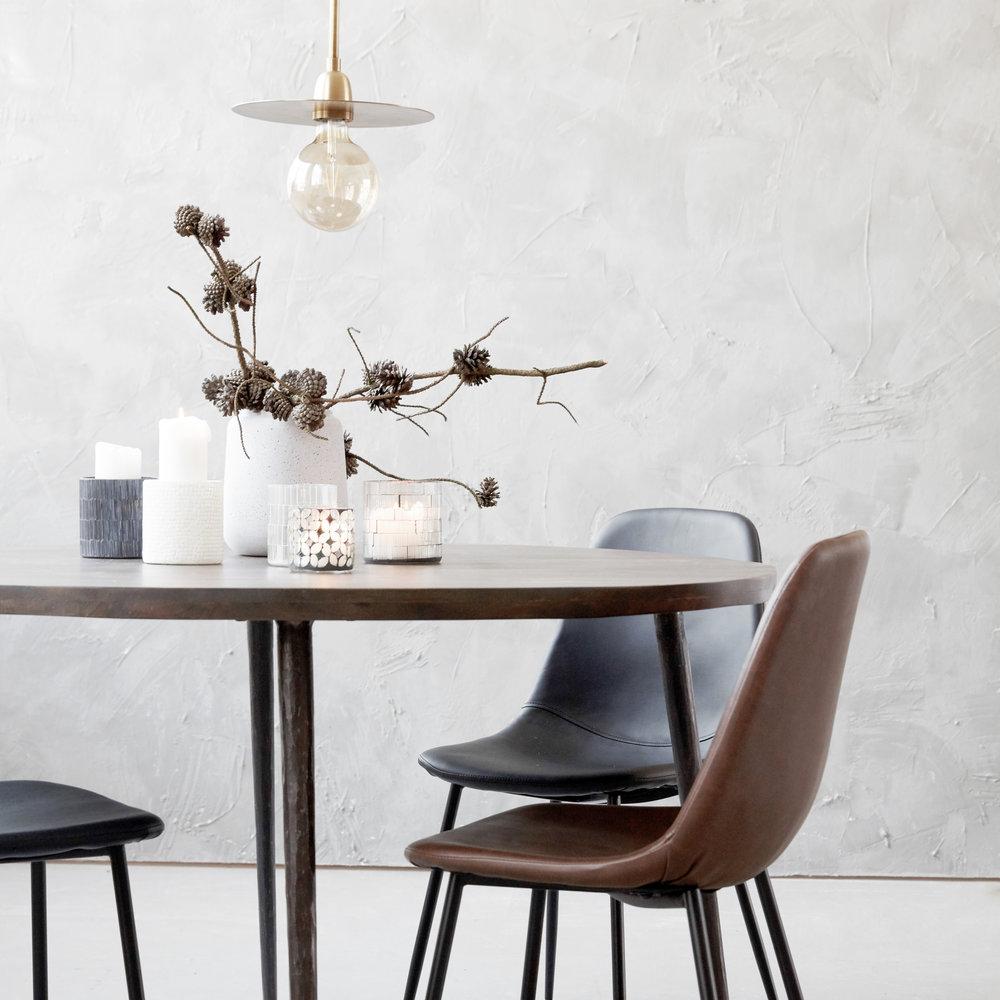 House Doctor - Dansk design när den är som bäst!Ett varumärke med en stark industriell prägel.Typiskt för dem är läder, trä och plåt som ser ut att ha varit använt och älskat i ett hem innan ditt.Här finns allt från kuddar till lampor och hela möbelset.
