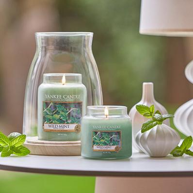 """Yankee Candle - Yankee Candle pratar om sina produkter som """"affordable luxury"""" – något som alla kan ha råd med. Varje kvartal lanserar de nya dofter och produkter för hemmet. Populära att ge bortom present!"""