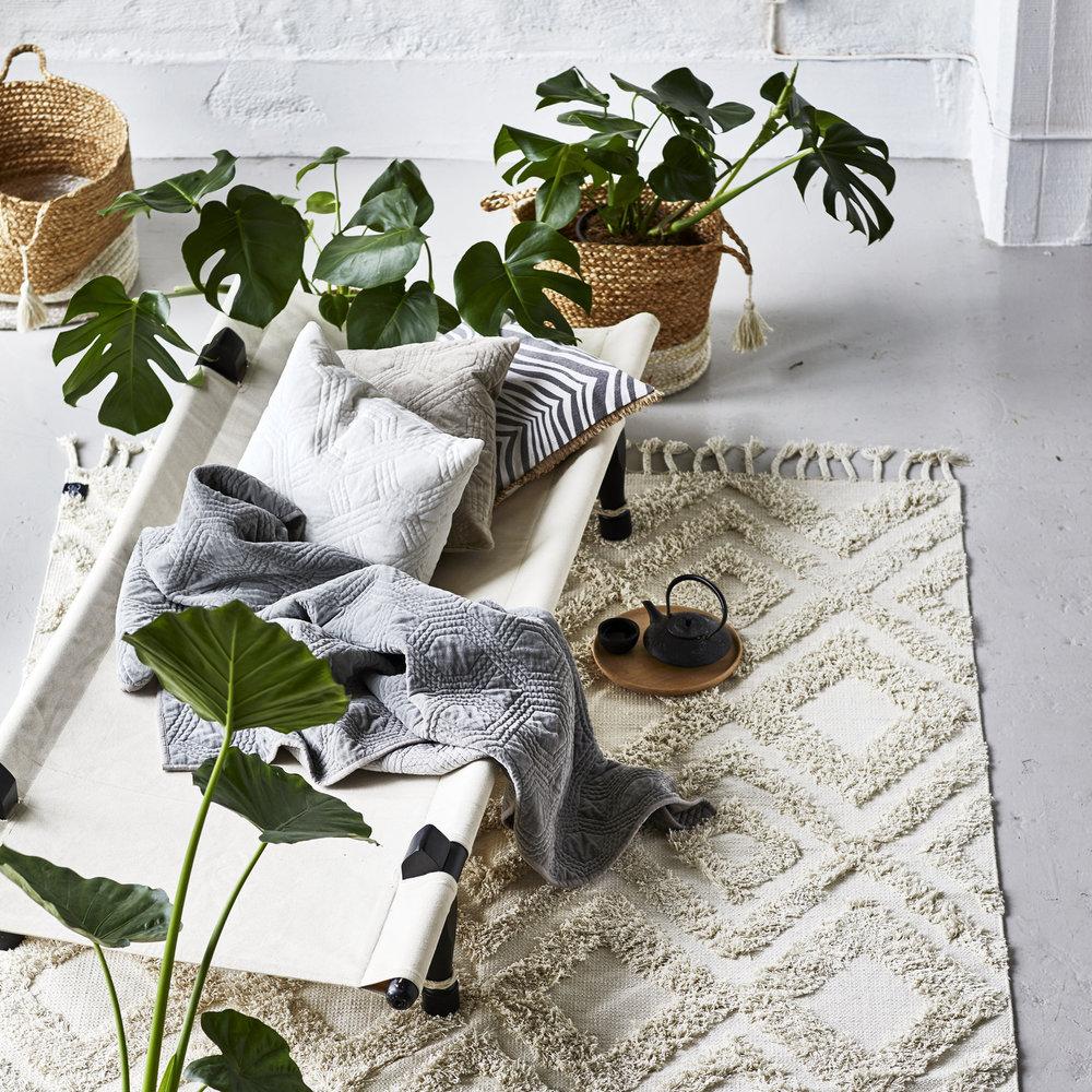 Classic Collection - Basen i sortimentet är de handvävda mattorna av finaste ull, till det säljer de kuddar och plädar i tidlös design. Till det adderar vi kuddar och plädar i tidlös design.