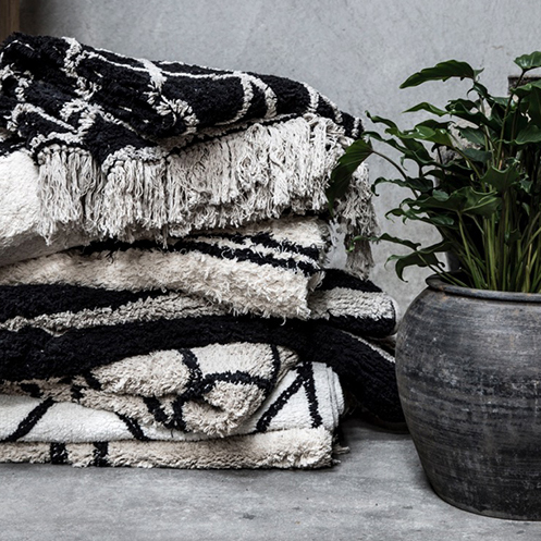 Snowdrops Copenhagen - Snowdrops Copenhagen är ett danskt grossistföretag baserat i Köpenhamn som jobbar med vintage, gammalt och återvunnen interiör. Något de är mest kända för är deras vackra,yviga,rutiga mattor.