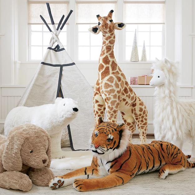 Melissa & Doug - Med syfte att hjälpa barn förstå sin omgivning och lära sig om sig själva har de tagit fram massor av leksaker och utklädningskläder. Vi älskar deras stora djur – ex.giraffen på inte så blygsamma 140 cm!