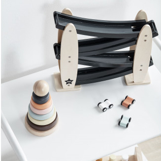 Kids Koncept - Det är enkelt att inreda barnrummet med kids koncept och det blir en mysig miljö med ett genomtänkt tema i både inredningsdetaljer och leksaker. Med tydligt miljötänk är det lätt att investera i deras produkter till sina minsta.