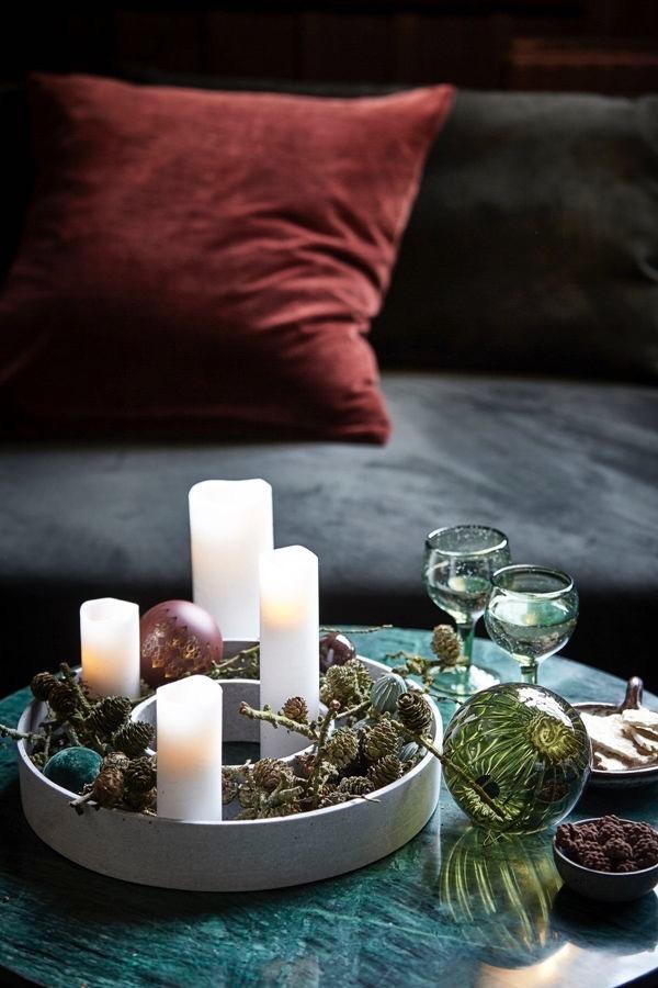 Nedräkning - Denna årstid kan du inte tända för mycket ljus.Fyll ljusstaken med naturmaterial och dekorationer och gör din egen adventkrans. På så sätt kan du räkna ner till jul på ett elegant och stilfullt sätt.