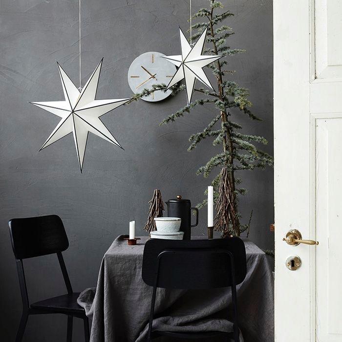 Stjärnor - Har du tänkt på att julstjärnor inte alltid behöver hänga i fänstret? Att ha en pappstjärna hängandes i snöre eller ståendes i hyllan eller på ett skåp ger en avslappnad och dov julkänsla