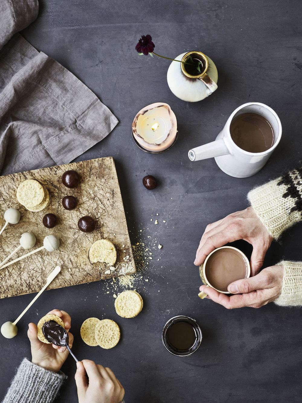 Bjud en vän - Att ha choklad i fast eller flytande form hemma är ett måste i mellandagarna.
