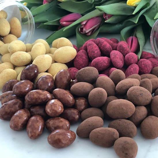 """By Schöttinger - Det här familjeföretaget tillverkar lyxigt svenskt godis.Deras blandade sortiment av lakrits, choklad och rostade mandlar är en """"match made in heaven""""."""