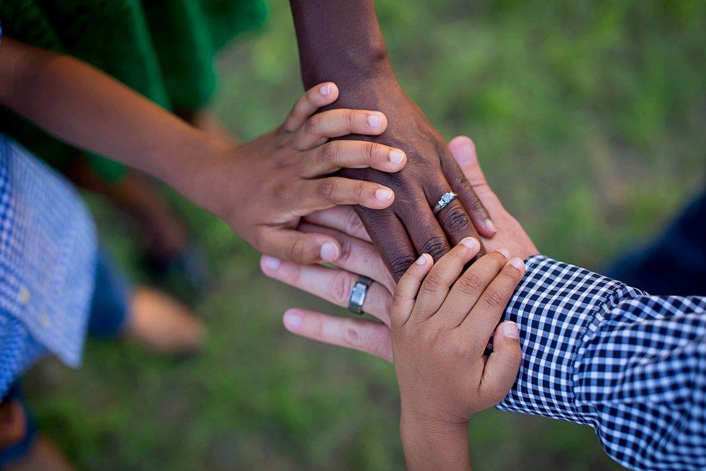FAMILIÄR UND ABWECHSLUNGSREICH - Unsere Gottesdienste feiern wir in lockerer, familiärer Atmosphäre. Als Gemeinde sind wir zusammen im Glauben an Gott unterwegs. Regelmäßig feiern wir gemeinsame Familiengottesdienste(zur Terminübersicht).Regulär findet parallel Kindergottesdienst in verschiedenen Altersgruppen statt.Für Eltern mit Säuglingen und Kleinkindern gibt es eine Audio-Übertragung.