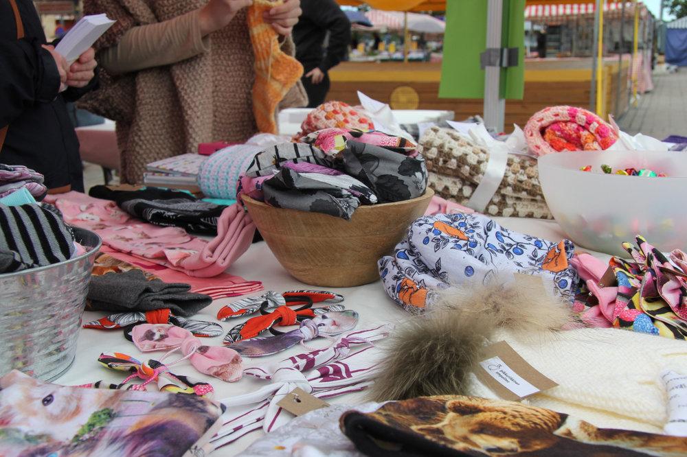 Pikkuriikkisen Ompelimon tuotteissa on käytetty kotimaisia kankaita, kuosisuunnittelijoita ja pieniä vastuullisia kangasmyyjiä.