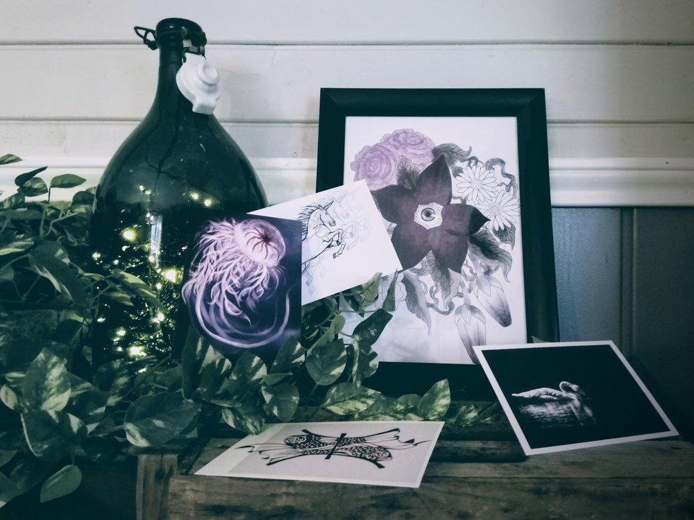 Raamosartin tuotteiden i nspiraatio syntyy luonnosta, mytologiasta sekä erilaisista tarinoista ja niitä rohkeasti sekoittamalla.