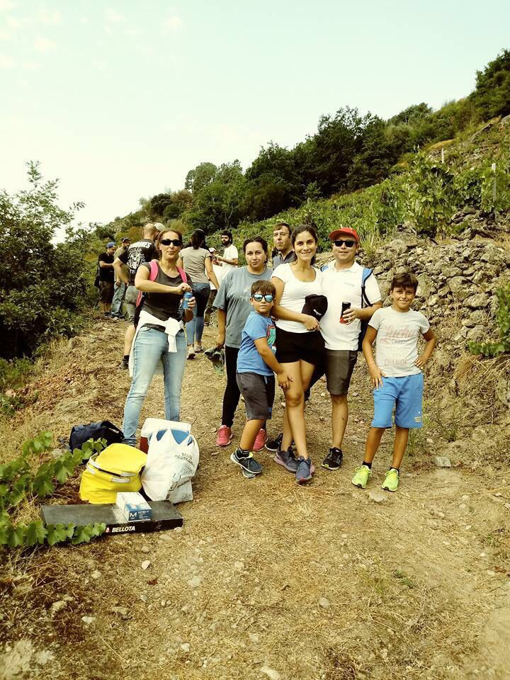 Eulogio, Rebeca y familia en vendimia.jpg