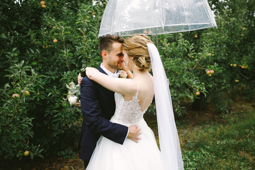 grandrapidswedding_grandrapids_grandrapidsweddingphotographer_countrywedding_orchardwedding_rainyweddingday_rain_summerwedding_grandrapidsphotographer_luna_lunawedding_jessicadarling_jdarlingphoto_ericaandaj015.jpg