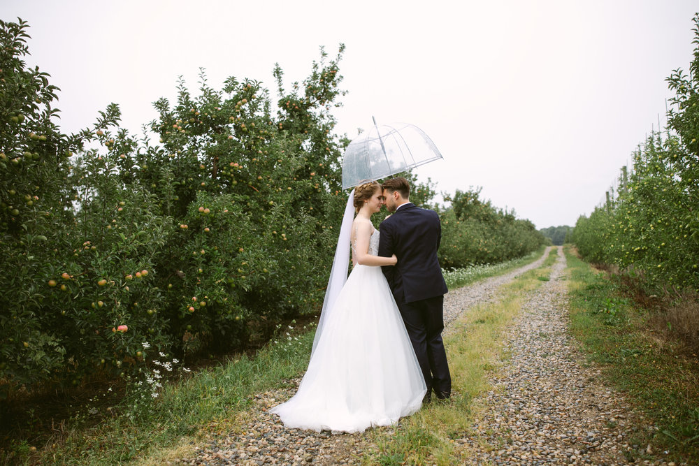 grandrapidswedding_grandrapids_grandrapidsweddingphotographer_countrywedding_orchardwedding_rainyweddingday_rain_summerwedding_grandrapidsphotographer_luna_lunawedding_jessicadarling_jdarlingphoto_ericaandaj019.jpg