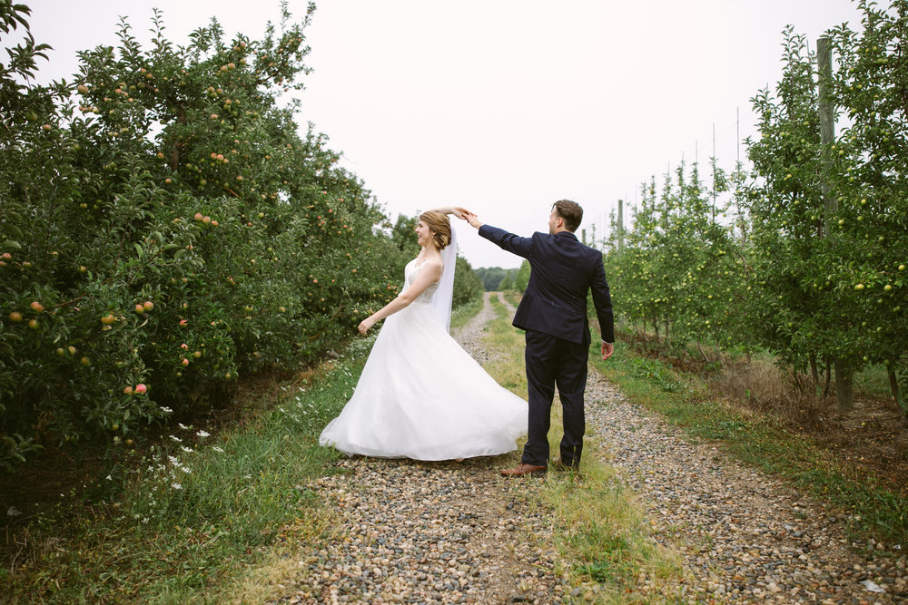 grandrapidswedding_grandrapids_grandrapidsweddingphotographer_countrywedding_orchardwedding_rainyweddingday_rain_summerwedding_grandrapidsphotographer_luna_lunawedding_jessicadarling_jdarlingphoto_ericaandaj023.jpg