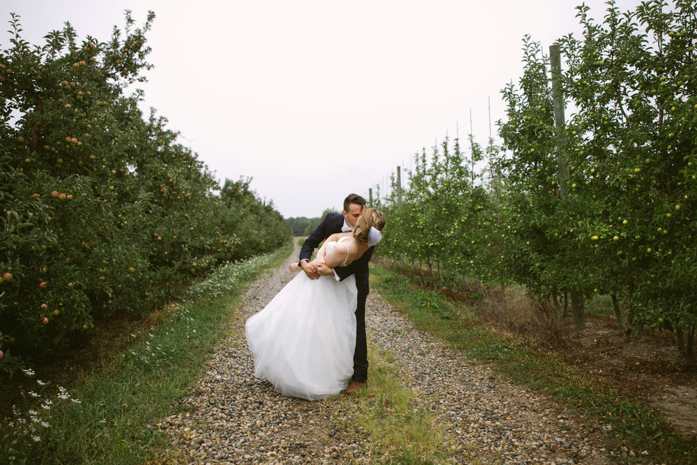 grandrapidswedding_grandrapids_grandrapidsweddingphotographer_countrywedding_orchardwedding_rainyweddingday_rain_summerwedding_grandrapidsphotographer_luna_lunawedding_jessicadarling_jdarlingphoto_ericaandaj024.jpg