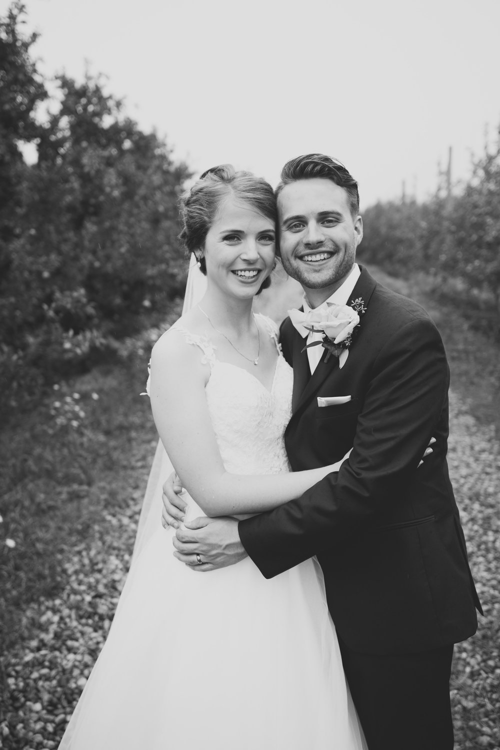 grandrapidswedding_grandrapids_grandrapidsweddingphotographer_countrywedding_orchardwedding_rainyweddingday_rain_summerwedding_grandrapidsphotographer_luna_lunawedding_jessicadarling_jdarlingphoto_ericaandaj026.jpg