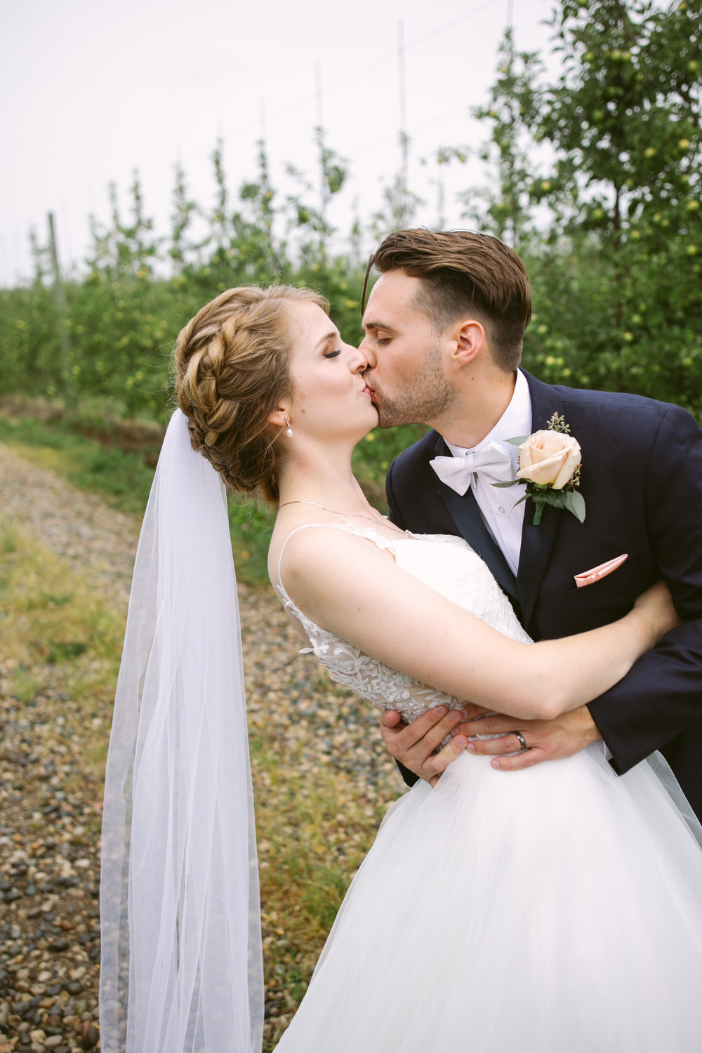 grandrapidswedding_grandrapids_grandrapidsweddingphotographer_countrywedding_orchardwedding_rainyweddingday_rain_summerwedding_grandrapidsphotographer_luna_lunawedding_jessicadarling_jdarlingphoto_ericaandaj027.jpg