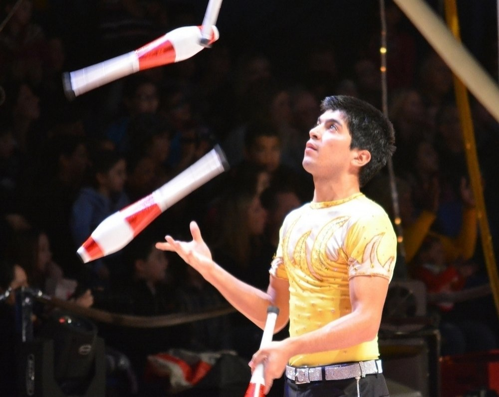 Jonathan_Rinny_Juggling_Four_Clubs