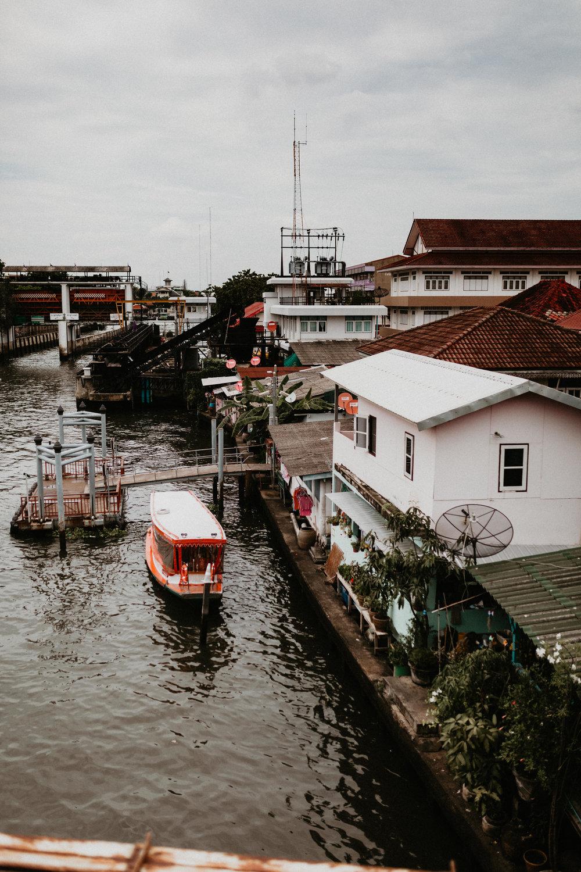 beautiful thai houses next to Chao Phraya River.jpg