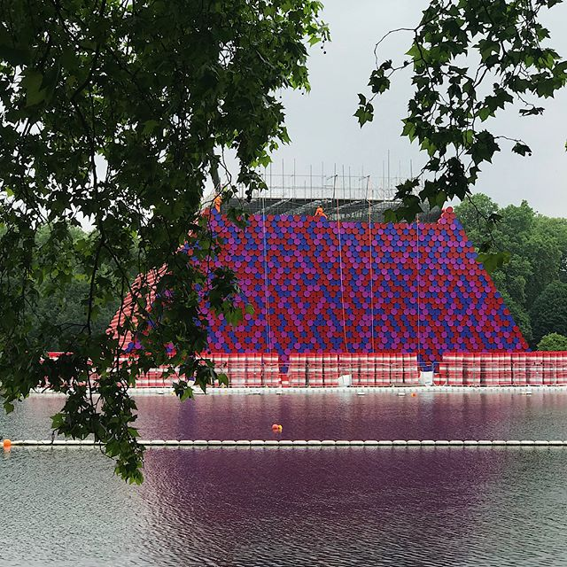 Art in the Park by @christoJeanneClaude . . . . . #HydePark #SerpentineUK #royalParks  #PublicArt #PublicGardens #red #blue #Christo #christoLondon #london #float #water #serpentine #lido #oildrums #oilbarrels #mastaba