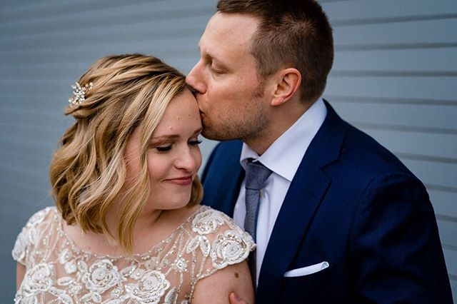 So thankful for brides like Lauren! First of all, she is a freaking doll. Second, she hardly ever wears makeup, so she wanted to just look like a photo ready version of herself. My specialty. 💁‍♀️ Hair magician: @hairbyalise  Stunning photo: @loganwestomphoto