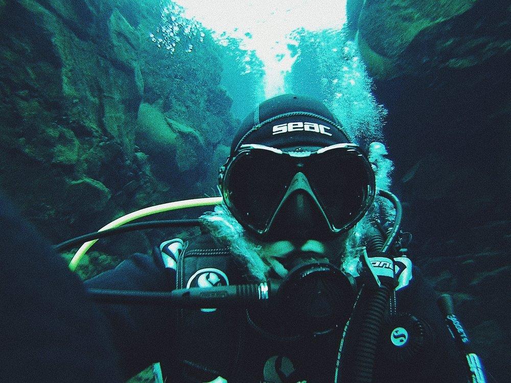 Dykning mellan två kontinentalplattor på island.