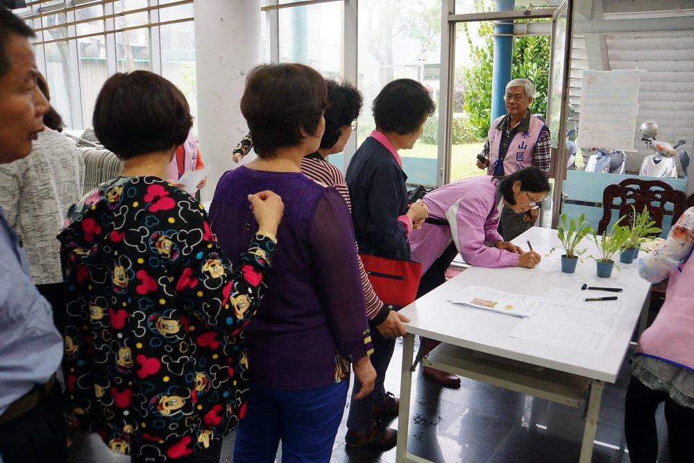 社區居民排隊領取泰山區公所分送的蒲公英苗