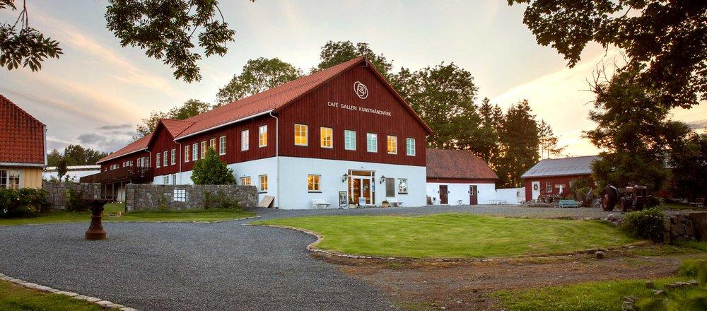 Den nye låven på Røed gård ble ferdig og tatt i bruk høsten 2015.Låven inneholder kafe, galleri og flere spennende butikker og verksteder.