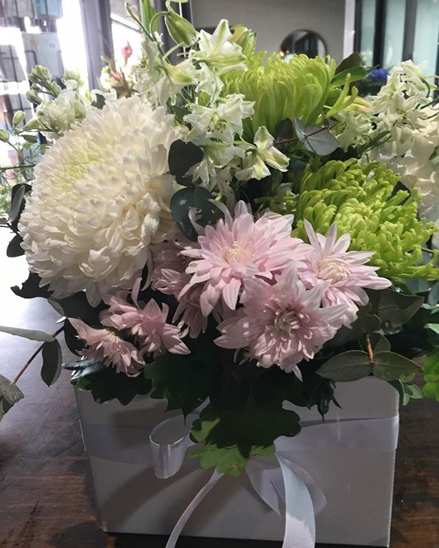 HAPPY SUNDAY 💐🌷🌹 First order for the day . #showitwithflowers  We are open until 3.00 pm today