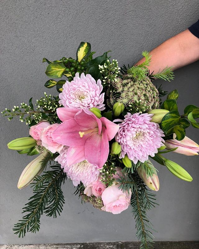 MONDAY .. Place your Christmas orders online. #showitwithflowers