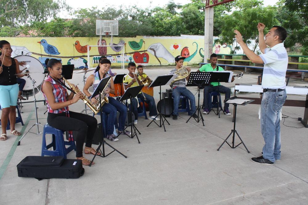 Professor Juan Carlos Natera Llanos leads rehearsal in Barranquilla.