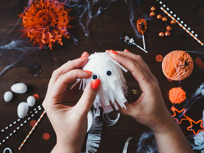 How to make a cute ghost halloween balloon tail - add googly eyes