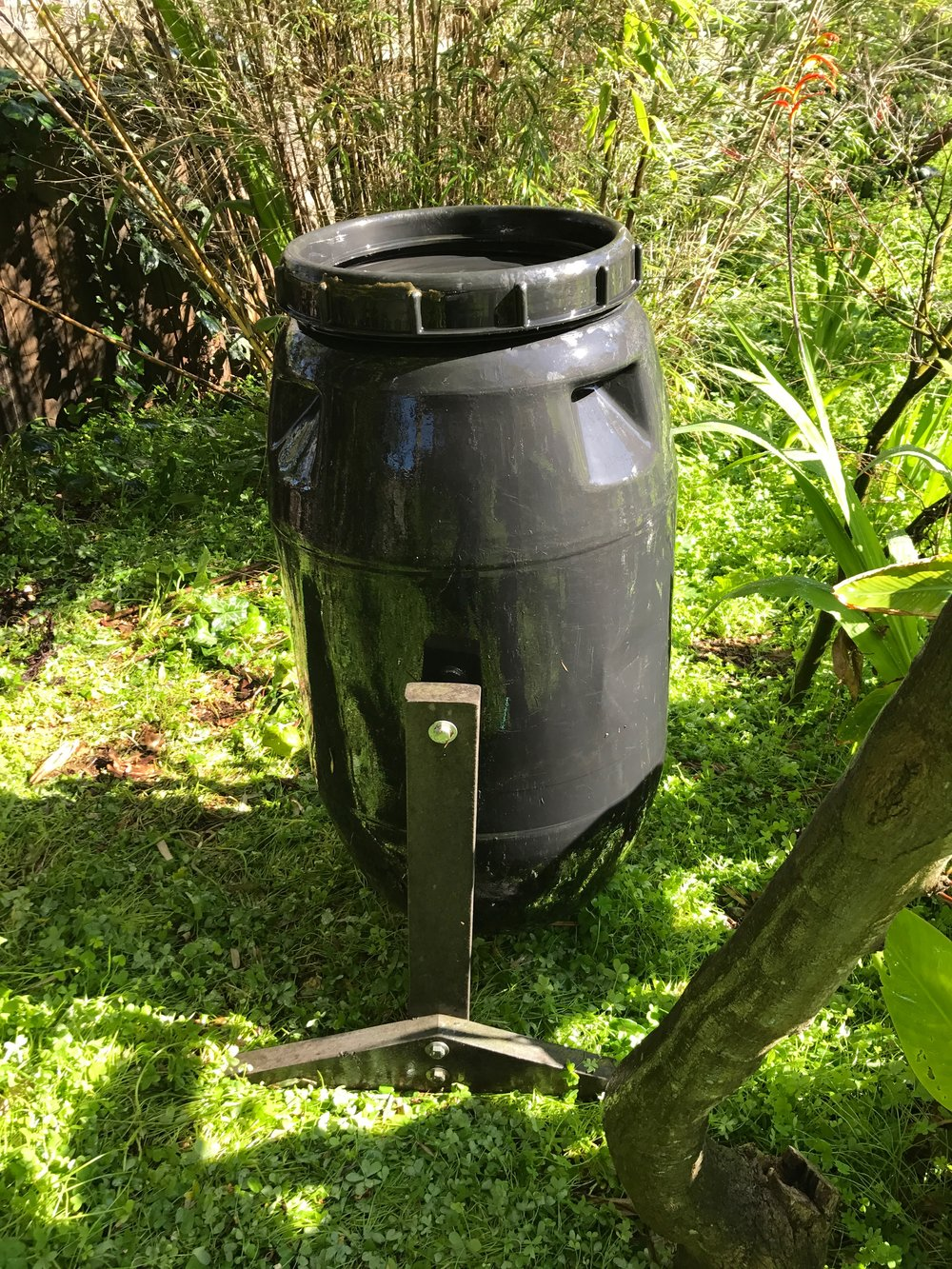 Compost bin for retting